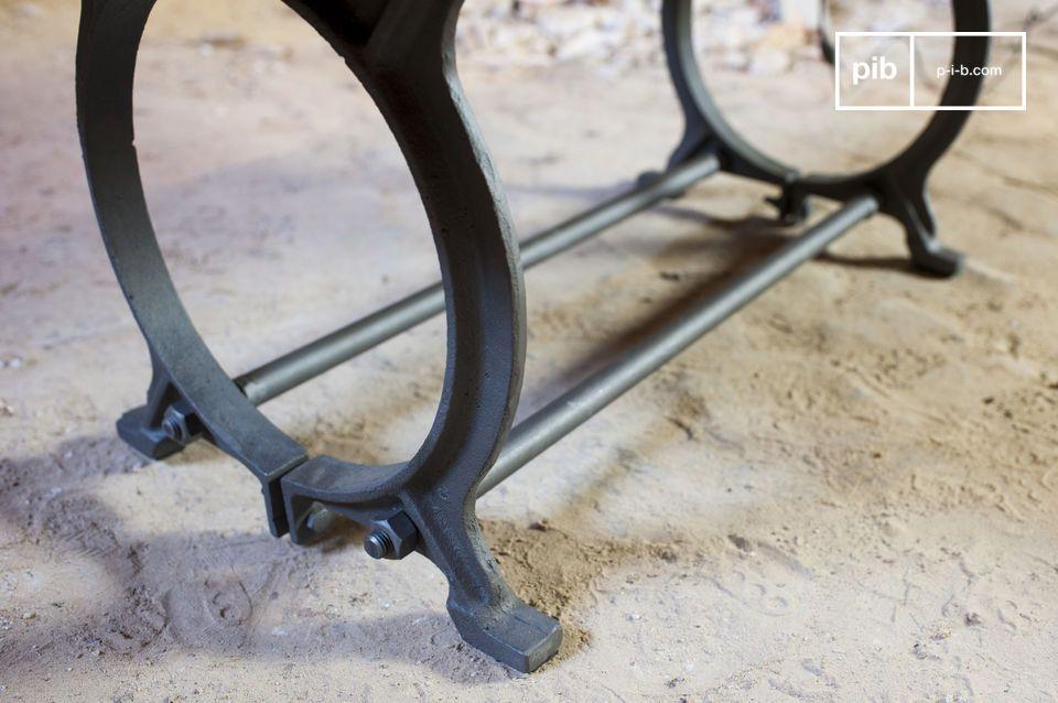 Dieser Tisch verbindet zwei typische Materialien des industriellen Stils : Massivholz und Metall