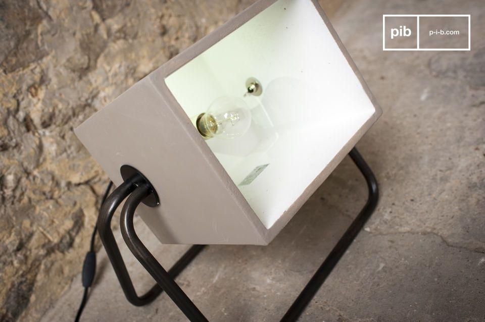 Die Leuchte Concrete Box kann entweder auf ein Möbelstück oder direkt auf den Boden gestellt