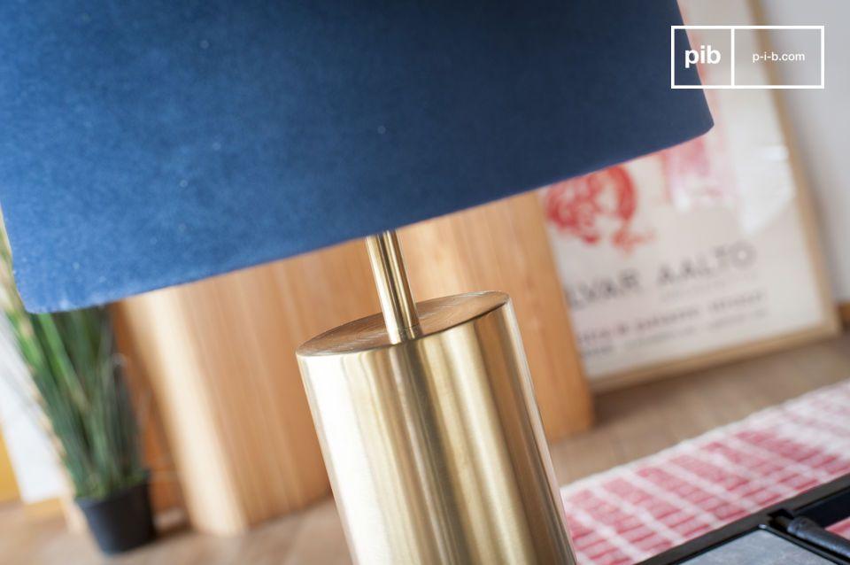 Die perfekte Kombination aus blauem Samt und Messing für eine Designerlampe