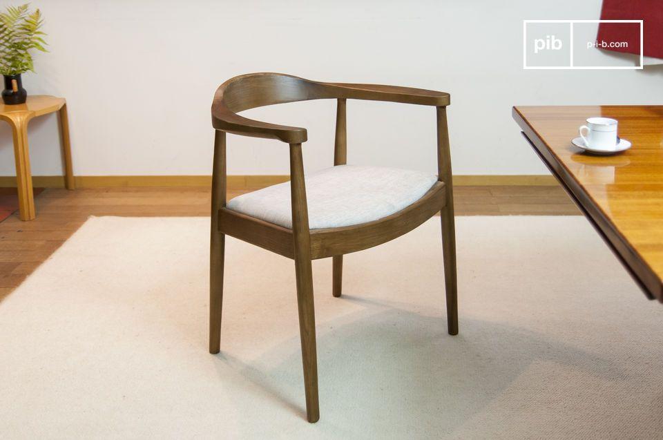 Dieser typische Stuhl im skandinavischen Design spielt mit dem Kontrast zwischen dunklem Holz und