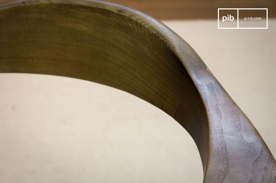Zum Schutz des Möbels hat es eine Lackschicht die für viele Jahre das ursprüngliche Aussehen