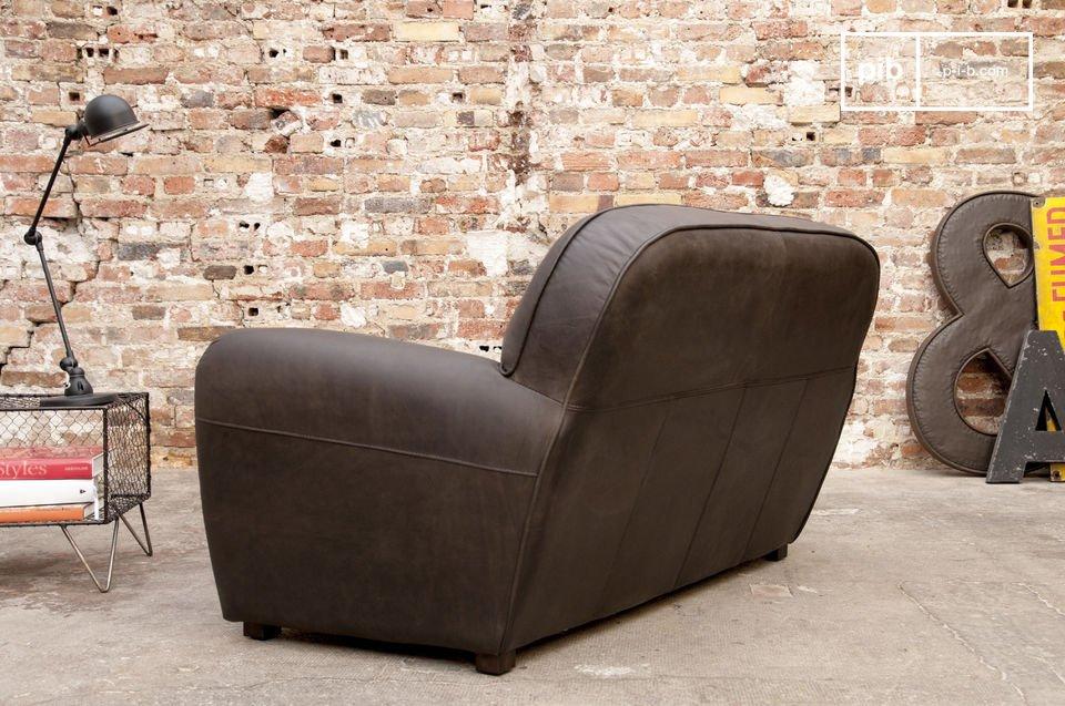 Dieses Zweisitzer-Sofa ist aus 100 % Rindsleder mit leichtem Used-Effekt und präsentiert sich durch