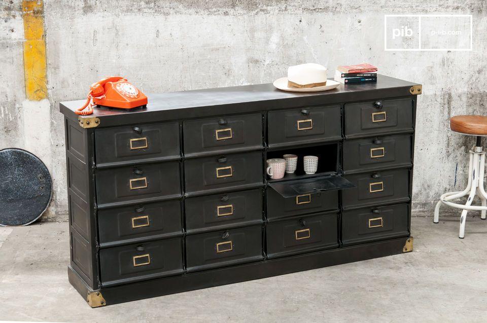 Dank seiner matten anthrazitgrauen Farbe und der Ecken aus Messing verbreitet dieses Möbelstück